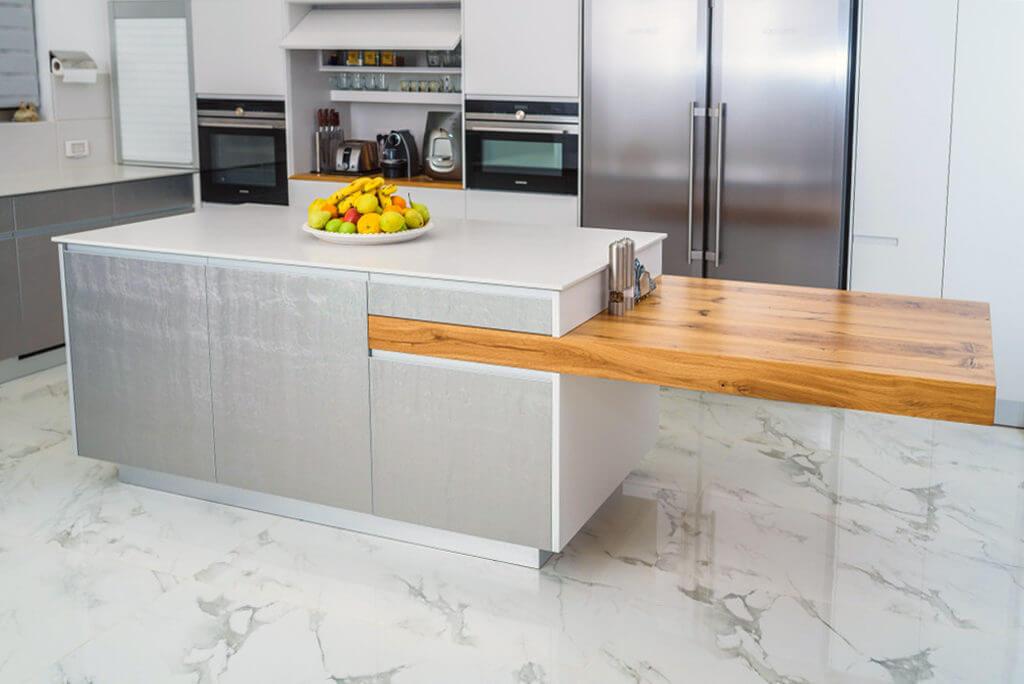 אי למטבח עם משטחים שונים